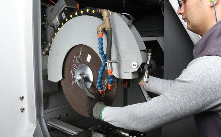 Montowanie sciernicy o średnicy 600 mm.